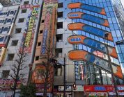 Une voiture s'écrase dans une salle d'arcade au Japon